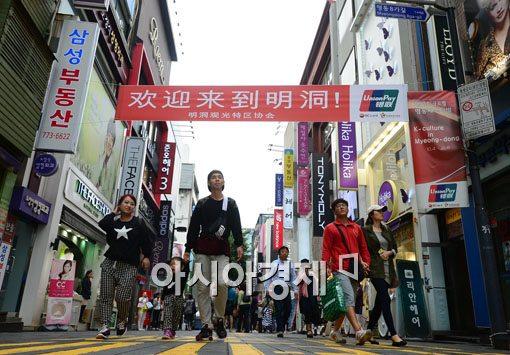서울 명동거리에 한국을 방문한 요우커(중국인 관광객)를 환영하는 현수막이 걸려있다.