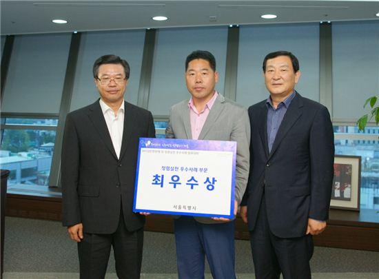 성장현 용산구청장(왼쪽)과 김종복 팀장(가운데)