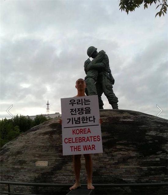 ▲독립영화 감독 강의석씨는 1일 전쟁기념관 내에 있는 형제의 상 앞에서 알몸시위를 진행했다.(출처: 강의석 페이스북)