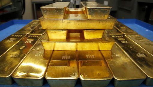 금값 하락 추세 속에 채굴된 금의 18%를 보유한 세계 중앙은행들이 금보유를 늘리고 있다.