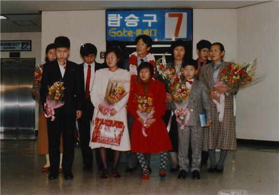 ▲탈북한 김만철씨 가족이 김포공항을 통해 입국하는 모습