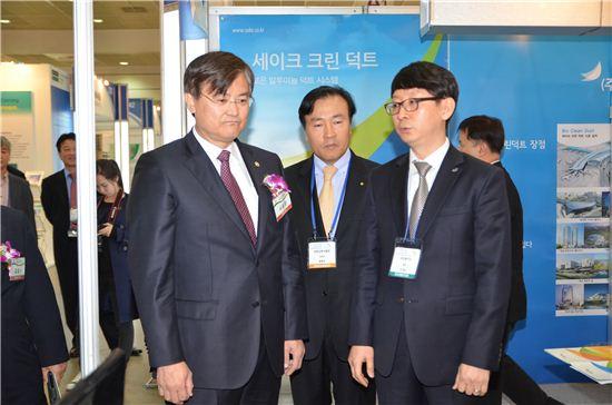 서승환 국토교통부 장관(왼쪽)이 25일 서울 삼성동 코엑스에서 열린 '녹색건축 한마당' 행사에 참석해 행사관계자로부터 설명을 듣고 있다.