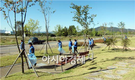 광산구의 '도시 숲 입양사업' 첫 번째 주자로 한국공항공사 광주지사 임직원 20여 명이 최근  선운 근린공원 환경정비에 나섰다.