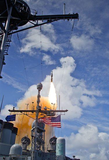 미국 미사일 방어청(MDA)가 실시한 시험에서 미해군 USS 레이크 이리함이 SM-3블록1B를 발사하고 있다.