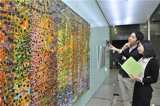 포스코건설이 인천 송도 사옥 '갤러리 241'에서 '숲(Forest)'을 테마로 11월 한 달간 미술 초대전을 개최한다. 사진은 갤러리 241에 전시된 정용일 작가의 작품이다.