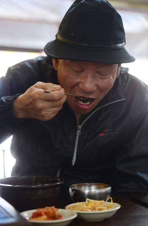 """입동을 사흘 앞둔 4일 서울 종로구의 파고다 공원 주변 음식점 '부자촌'에서 한 할아버지가 3000원짜리 콩나물국밥을 드신다. 기자의 표정을 보고는 """"거참, 그런 안쓰런 눈으로 보지 말라니까""""하고 꾸짖어 주신다. 그러더니 하시는 말씀 """"정말 맛있어, 기자도 한번 먹어볼래?"""" 백소아 기자 sharp2046@"""