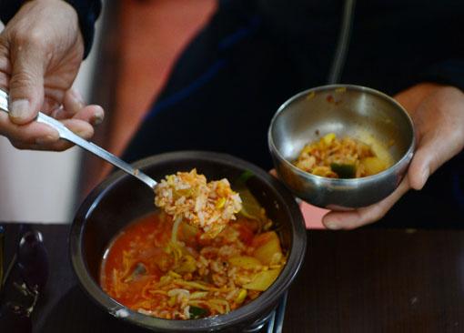 [그 섬, 파고다]3-① 2000원 국밥에 반주 한잔, 인생을 해장한다