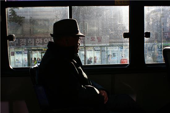 윤 할아버지는 한결같이 같은 버스를 타고, 같은 자리에 앉는다. 운전기사도 이미 그를 잘 알고 있는 눈치다. 같은 시간 같은 자리를 고집하는 것은, 삶이 흐트러지는 것이 두려워서 일까. 버스에 탄 그는 고개도 잘 돌리지 않고 묵묵히 내릴 정류장만 기다렸다.