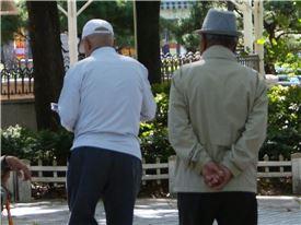 동생과 점심을 먹고 다시 공원으로 돌아온 윤 할아버지가 공원을 산책하고 있다.