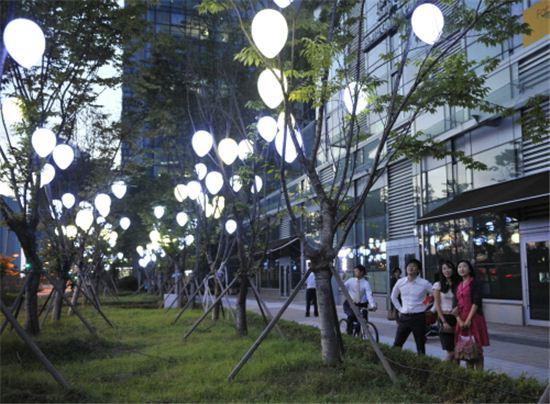송도국제도시 센투몰 주변거리가 저녁이면 '빛의 거리'로 바뀌어 행인들의 발길을 멈추게하고 있다.