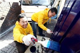 태광산업 임원들이 지난 8일 서울 영등포구 소재의 한 가정을 찾아 집수리 봉사활동을 하고 있는 모습.