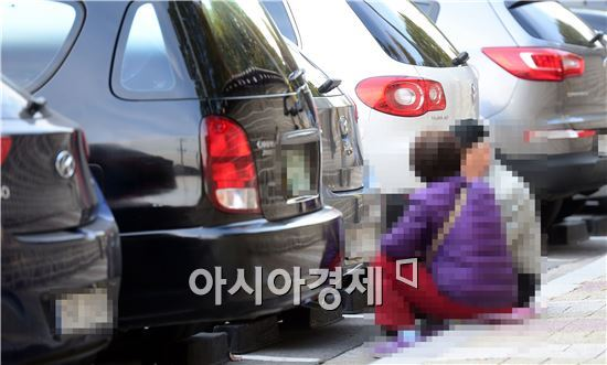 지난달 30일 종묘공원에서 박카스 아줌마가 할아버지와 이야기를 나누고 있다. 백소아 기자 sharp2046@
