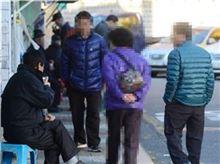 10일 서울 종로구 종묘공원 근처에서 여느 때처럼 어깨에 가방을 메고 곱게 화장을 한 박카스 아줌마가 잔술집 의자에 앉아있는 할아버지들 사이를 서성이고 있다. 백소아 기자 sharp2046@