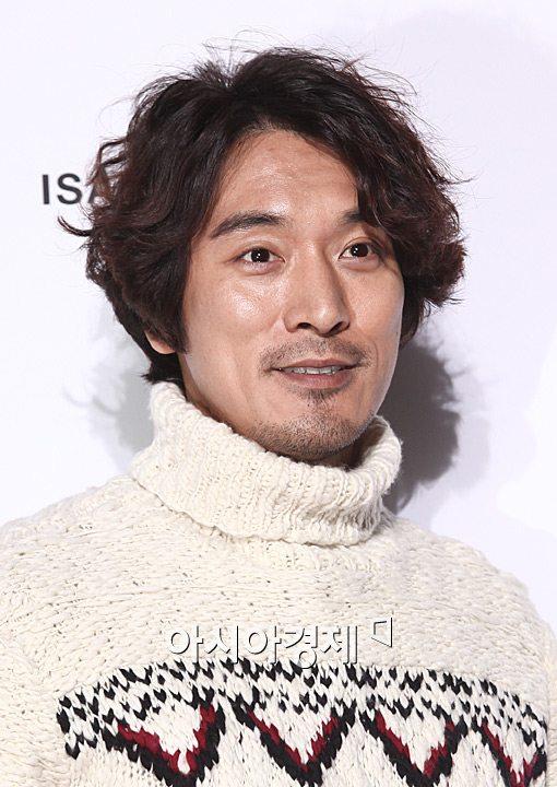 28일 인천공항에서 취재진과 팬들에게 가운데 손가락 욕을 해 논란이 되고 있는 김민준