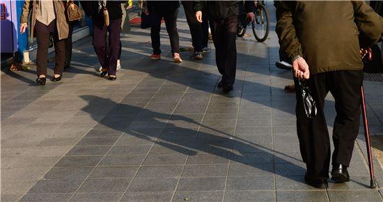 4일 서울 종로구 파고다공원 앞에 사람들이 지나가고 있다. 그림자 속 사람들은 그들의 나이도 성별도 가늠할 수 없다. 모두 같은 사람이다. 백소아 기자 sharp2046@