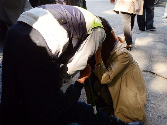 4일 종로구 파고다공원 인근에서 넘어진 할아버지가 일어나지 못하자 출동한 경찰이 상황을 수습하고 있다. 백소아 기자 sharp2046@