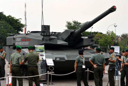인도네시아 군 장교들이 지난해 11월 자카르타에서 열린 방산전시회에서 레오파드 에볼루션 전차를 보고 있다.