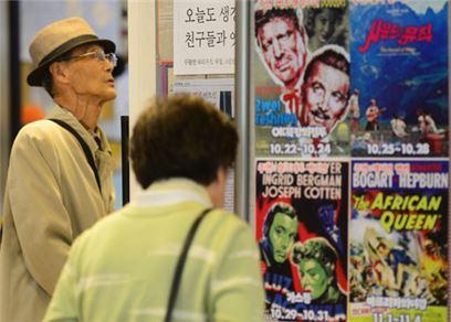 지난달 30일 서울 낙원동 실버영화관 로비에서 영화 포스터를 보고 있는 어르신들의 모습. 실버영화관은 대형 멀티플렉스 영화관과 달리 지각을 해서 영화의 앞부분을 못 봤더라도 다음 회차에서 이어볼 수 있다.    백소아 기자 sharp2046@