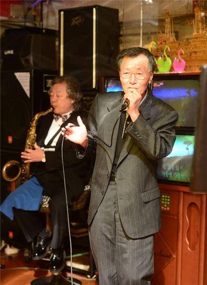 지난 10일 서울 종로구 스타하우스에서 어르신들이 노래를 부르고 있다. 스타하우스는 낮에는 찻집으로 밤에는 술집으로 변한다. 어르신들이 신청곡을 쓰면 밴드가 나와 어르신들의 구성진 가락에 바람을 실어준다. 백소아 기자 sharp2046@