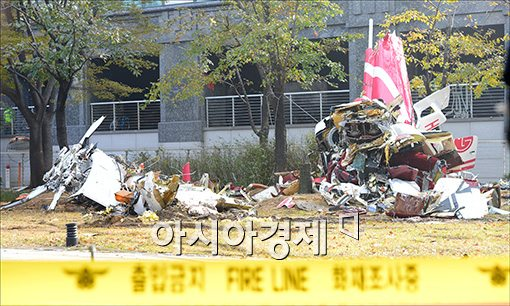 지난해 11월 서울 삼성동 아이파크와 충돌한 헬기의 잔해