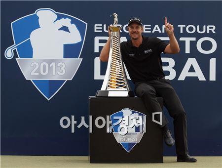 헨릭 스텐손이 DP월드투어챔피언십 우승 직후 트로피와 함께 포즈를 취하고 있다. 두바이(아랍에미리트)=Getty images/멀티비츠.
