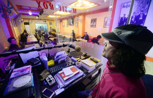 지난 12일 서울 종로구 낙원동의 '추억더하기'에서 음악DJ 장민욱씨가 손님들의 신청곡과 사연을 소개하고 있다. 백소아 기자 sharp2046@