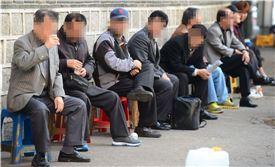 파고다공원 북문 근처 커피자판기를 찾은 어르신들은 공원 돌담을 따라 놓인 플라스틱 의자에 앉아 커피를 즐긴다. 백소아 기자 sharp2046@