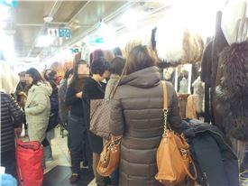 ▲ 동대문 광희시장이 밍크 목도리를 사러 온 여성들로 붐비고 있다.
