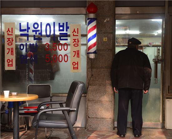 15일 서울 종로구 파고다공원 북문 근처에서 한 어르신이 낙원이발관에 손님이 많은지 확인하고 있다. 백소아 기자 sharp2046@