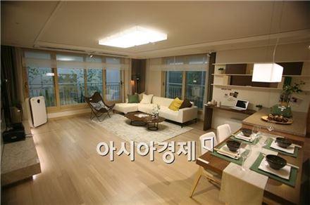 123㎡ 거실은 두 면에 창이 설치돼 개방감이 뛰어나고 가로 5.8m, 세로 5.8m로 상당히 넓다.