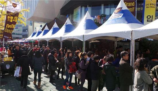 22일 부산 '사직 롯데캐슬' 견본주택 문을 연 오전부터 방문객들이 모여들어 길게 줄을 서 입장을 기다리고 있다.