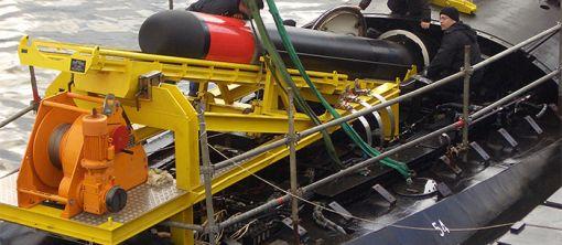 중어뢰 블랙샤크를 잠수함에 탑재하는 모습