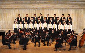 하트시각장애인 체임버 오케스트라 초청 연주회에서 오뚜기 봉사단이 합창을 하고있다.