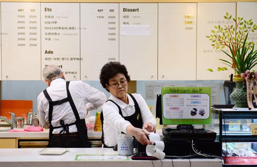 지난 24일 경기도 성남시 중원어린이도서관에 위치한 책마루 카페에서 어르신 바리스타들이 주문받은 커피를 정성껏 만들고 있다. 어르신들이 만드신 커피는 조금 느리지만 깊은 맛이 난다.    백소아 기자 sharp2046@