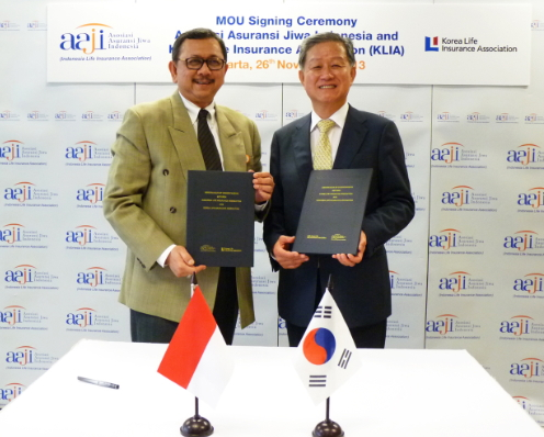 ▲김규복 생보협회장(오른쪽)과 헨드리스만 라힘(Hendrisman Rahim) 인도네시아 생보협회장이 양해각서(MOU)를 체결하고 있다.