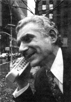 ▲1973년 4월 3일. 인류 최초로 휴대폰을 사용한 모토로라의 엔지니어였던 마틴 쿠퍼