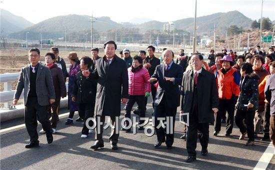 허남석 곡성군수 등 주민들이 준공된 황산교를 걷고있다.