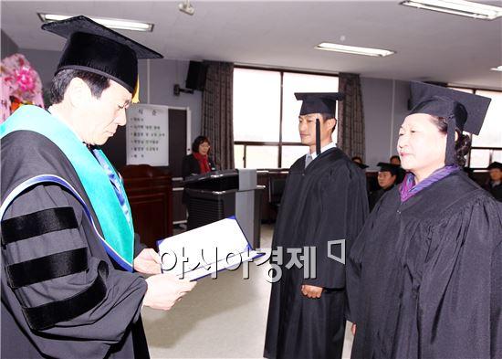 설인철 함평부군수가 졸업장을 수여하고 있다.