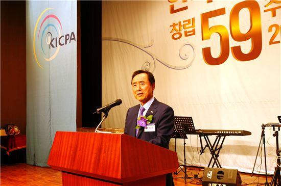 ▲강성원 한국공인회계사회 회장이 창립기념사를 하고 있다.
