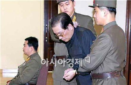 장성택이 지난해 처형되기 전 국가안전보위부 특별군사재판소 법정으로 끌려나오고 있다.