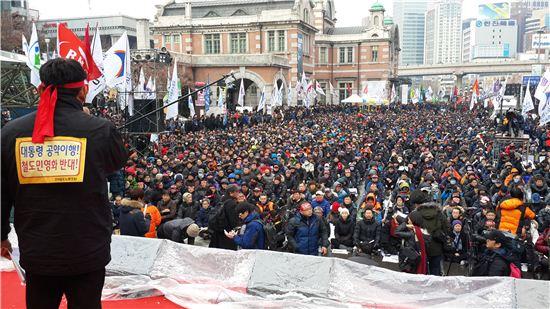 ▲ 14일 서울역 광장에서 열린 철도노조 집회에 참여한 노조원들