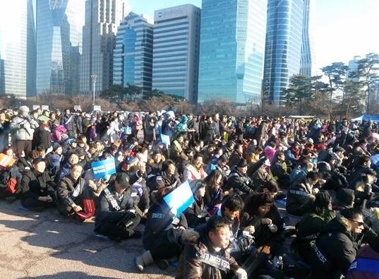 지난달 15일 오후 2시 서울 여의도공원에서 열린 전국의사대회궐기대회에 참가자들이 피켓을 들고 있다.