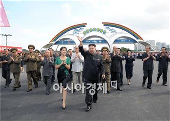 김정은 북한 국방위원회 제1위원장과 부인 리설주. (자료사진)