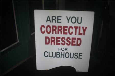 신사도를 중요하게 여기는 영국골프장에는 클럽하우스 입구에 드레스코드를 확인하는 안내 간판이 있다.