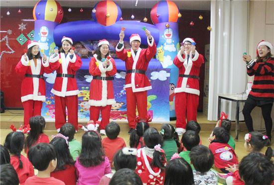 넷마블은 지난 20일 일일 산타로 변신해 이화어린이집 장애ㆍ비장애 통합반 아이들과 크리스마스 파티를 진행했다.