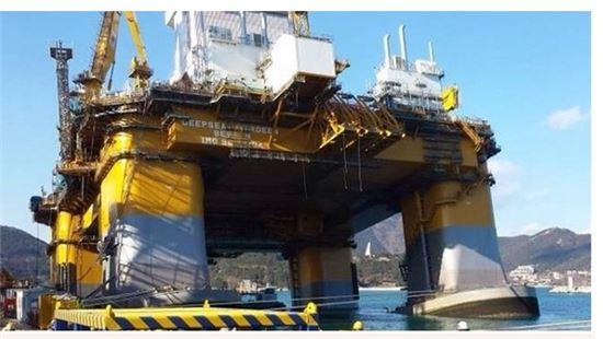 28일 대우조선해양이 거제 옥포조선소에서 건조 중인 석유시추선 침수 사고가 발생했다. 이 사고로 석유 시추선을 지탱하는 다리 한쪽이 기울여져있다.