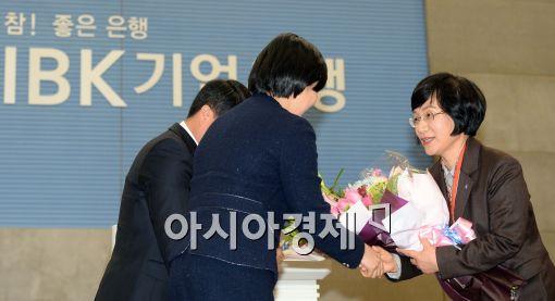[포토]직원들로부터 꽃다발 받는 권선주 기업은행장