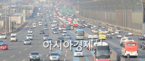 설 연휴 귀성길 교통사고 발생건수가 귀경길 교통사고보다 약 1.4배 더 많은 것으로 나타나 운전자들의 주의가 요구된다. 사진은 고속도로 모습이다.