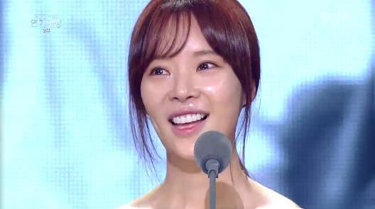 "[KBS연기대상] 황정음, 女 최우수 연기상 수상 ""용준아 사랑해"""
