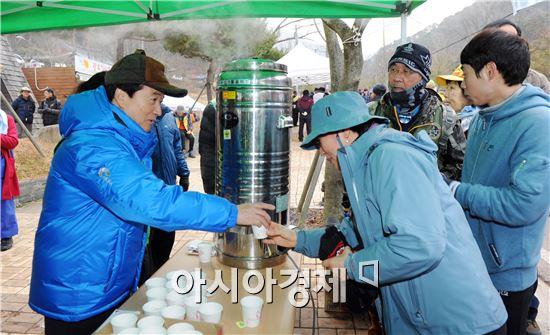 [포토]강운태 광주시장, 무등산 탐방객들에게 음료봉사 실시